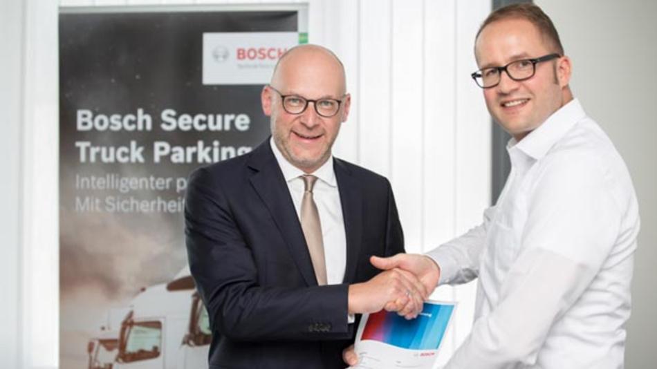 Christoph Walter, Vorsitzender der Geschäftsführung beim ADAC TruckService (l.) und Dr. Jan-Philipp Weers, Leiter von Bosch Secure Truck Parking unterzeichnen strategische Partnerschaft, um mehr Parkplätze für Lkws zu sorgen.