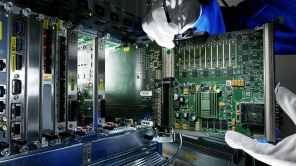 Bild 4: Eine im MicroTCA-Standard entwickelte Karte wird vermessen (Struck SIS8300L, ein 10-Kanal 16-bit-Digitizer).