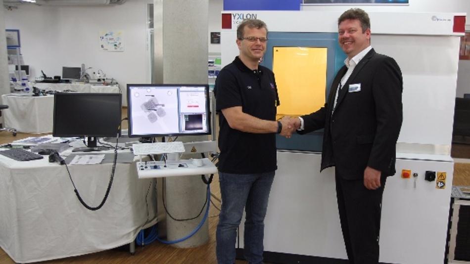 Helmut Öttl, Leiter Prozessentwicklung/Applikation (Rehm) und Thorsten Rother, Market Manager (Yxlon) vor dem Röntgeninspektionssystem Y. Cheetah µHD.
