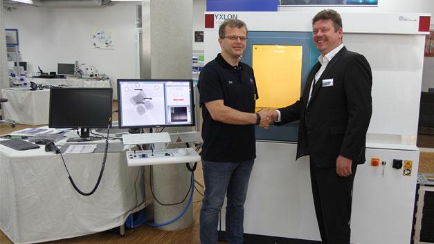 Helmut Öttl (links), Leiter Prozessentwicklung/Applikation (Rehm) und Thorsten Rother, Market Manager (Yxlon) vor dem Röntgeninspektionssystem Y. Cheetah µHD.