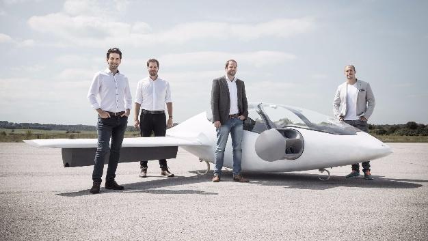 Die Gründer der Firma Lilium (v.l.n.r.): Daniel Wiegand, Matthias Meiner, Sebastian Born und Patrick Nathen, neben einem Elektroflugzeug.