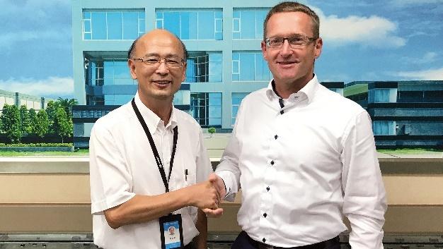 Jack Cheng, President der Minmax Technology Co., Ltd. und Jörg Traum, Vorstand Power Supplies der Fortec Elektronik AG