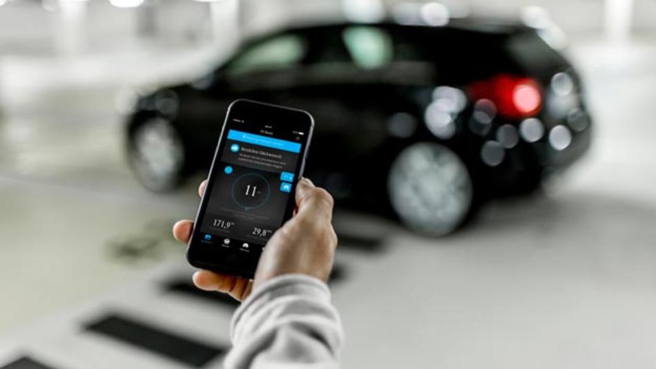 Elektromobilität virtuell im Alltag ausprobieren: Die neue EQ Ready App unterstützt Autofahrer bei der Frage, ob ein Umstieg auf ein Elektroauto oder Hybridmodell für sie persönlich praktikabel wäre.