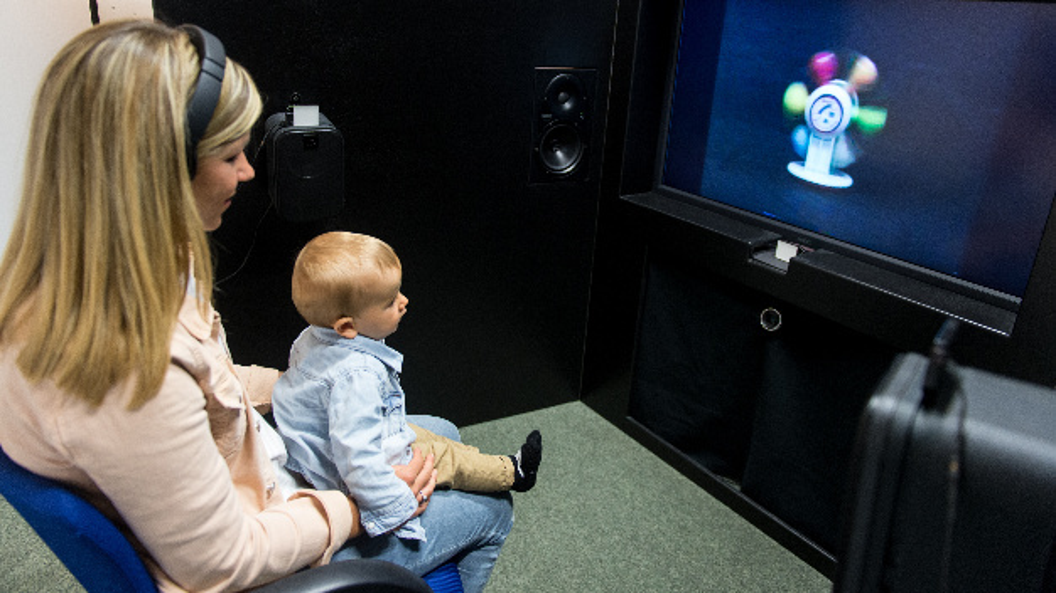 Forscher der Universität Konstanz wollen mit dem Babysprachlabor herausfinden wie Säuglinge verschiedene Laute wahrnehmen, wann ein Baby eine Sprache lernt und wann sich eine Muttersprache herausbildet.