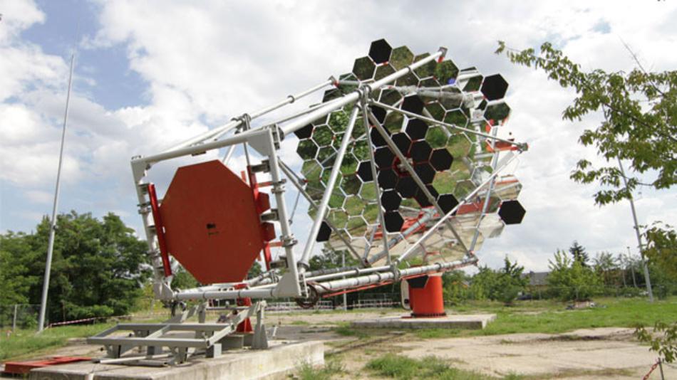 Im Technologiepark Berlin Adlershof wird ein Prototyp eines Cherenkov-Teleskops untersucht.