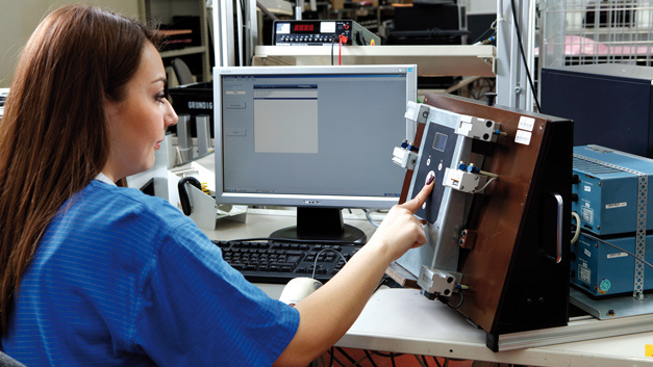 Das ist die individuell entwickelte Testvorrichtung für die Leiterplatte eines Wärmepumpencontrollers.  Die Leiterplatte wird zunächst fixiert und mit einer speziellen Kommunikations-Firmware für den Test geflasht. Danach wird die Funktion von Sensoren, Display und Tasten kontrolliert und die Prüfergebnisse in einem Protokoll zur Seriennummer gespeichert.