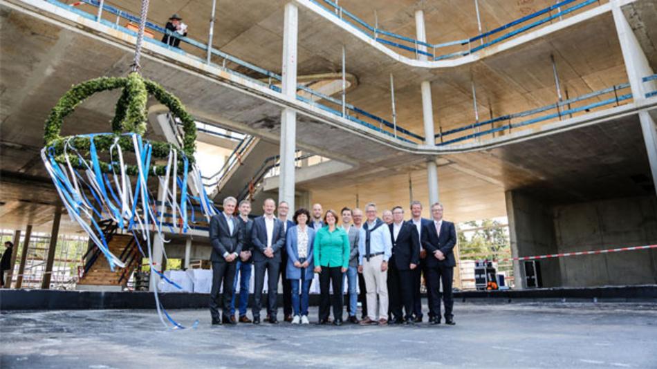 Am 8. September 2017 wurde beim Neubau des Attocube-Firmensitzes Richtfest gefeiert.