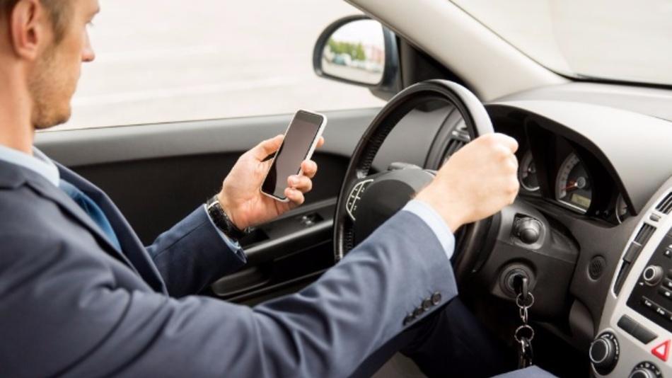 Der häufigste Grund, das Smartphone zur Hand zu nehmen, sind eingehende SMS oder WhatsApp-Nachrichten.