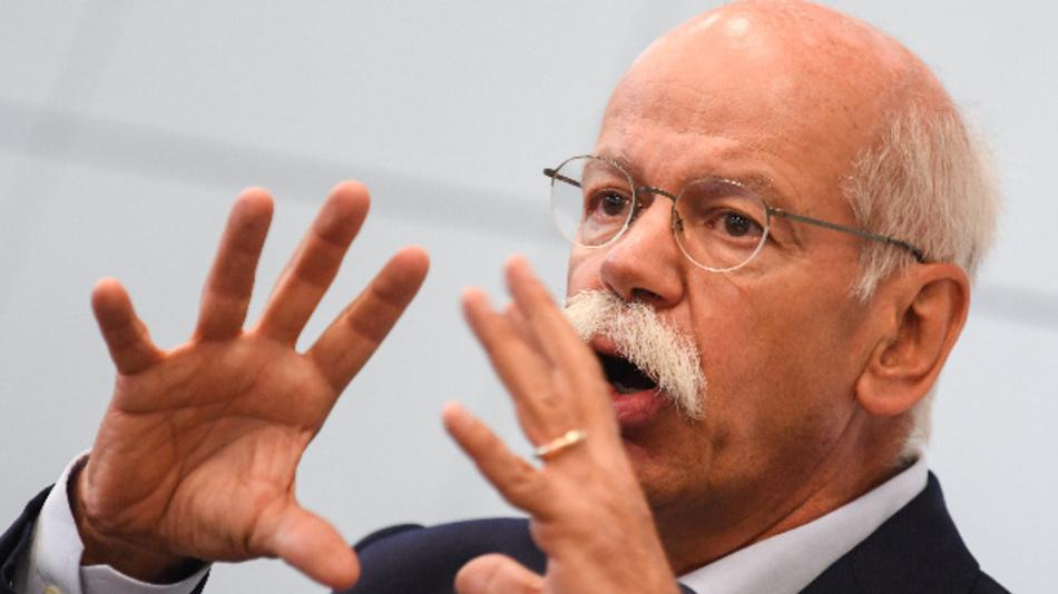 Dieter Zetsche, Vorstandsvorsitzender der Daimler AG und Präsident des europäischen Herstellerverbands ACEA, spricht während einer ACEA-Pressekonferenz auf der Internationalen Automobil-Ausstellung (IAA) in Frankfurt am Main (Hessen).