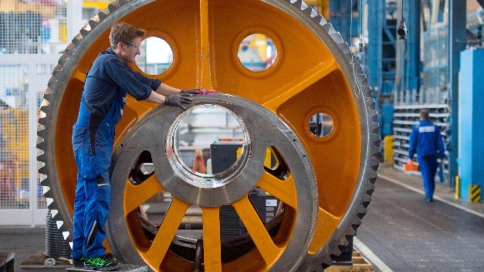 Ein Mitarbeiter des Maschinenbauers Schuler AG reinigt am 03.03.2017 in Göppingen (Baden-Württemberg) ein Exzenterrad. Deutschlands Maschinen- und Anlagenbauer rechnen auch 2018 mit einem Produktionsplus von drei Prozent.