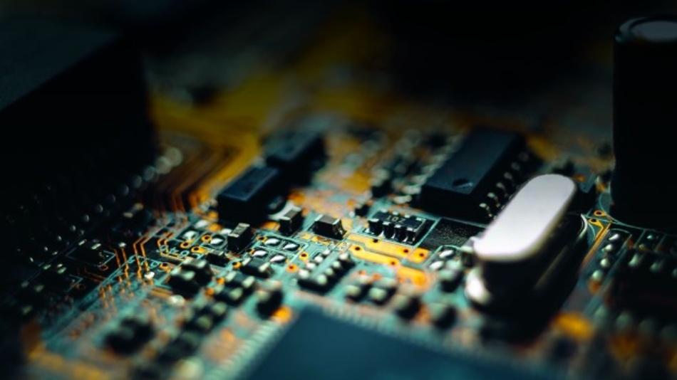 Auf Elektronikplatinen finden Durchsteck-Elemente und SMDs nebeneinander