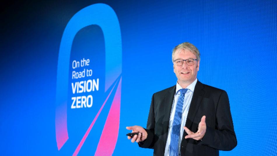 Dr. Stefan Sommer, Vorstandsvorsitzender der ZF Friedrichshafen AG, verkündet auf der IAA-Pressekonferenz die strategische Kooperation mit dem chinesischen Internetkonzern Baidu.