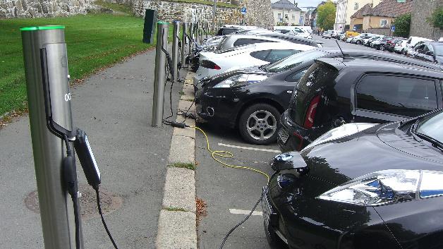 Ladestationen in Oslo. Norwegen, das 98 Prozent der Energie aus Wasserkraft gewinnt, eignet sich als Versuchskaninchen für Elektromobilität. Das kleine Land ist aber davon abhängig, dass andere Länder folgen, damit der Markt in Gang kommt.