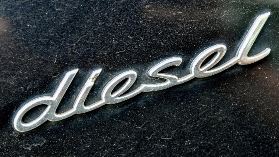 Schriftzug «diesel» auf einem Fahrzeug.