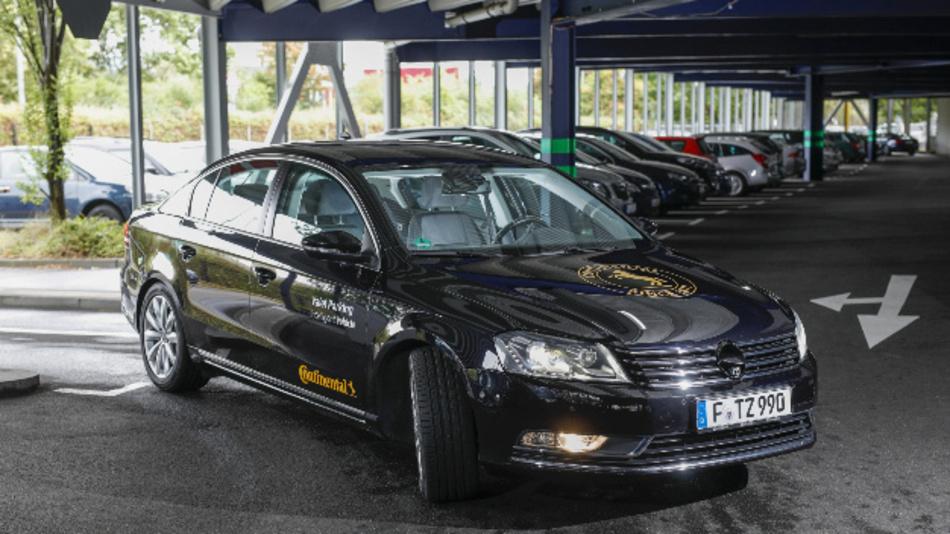 Der Fahrer steigt in einer Übergabezone aus und lässt sein Fahrzeug autonom parken.
