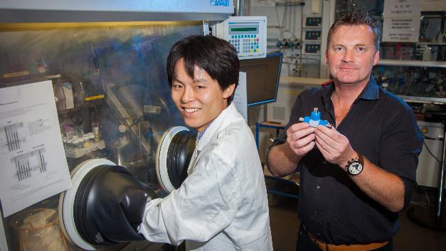Prof. Dr. Peter Strasser (rechts) mit seinem Doktoranden Toshinari Koketsu beim Zusammenbau von Batterien.