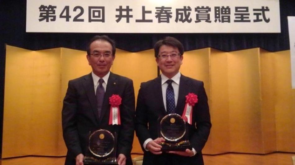Hideo Tanimoto (links), President der Kyocera Corporation, und Dr. Kazuya Yamamura von der Universität Osaka bei der Preisverleihung.