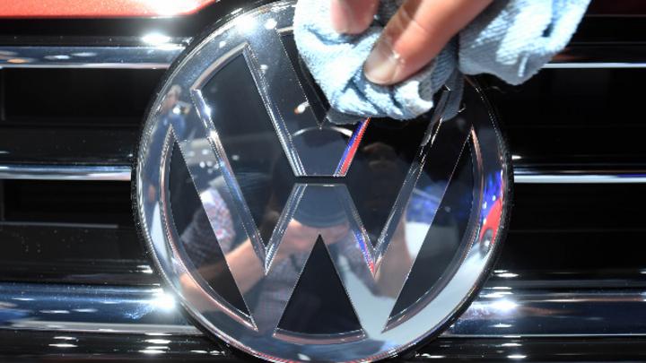 VW Logo wird poliert.