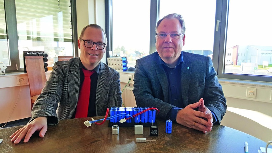 Dr. Thomas Ebel (rechts) im Gespräch mit Redakteur Ralf Higgelke in Husum.