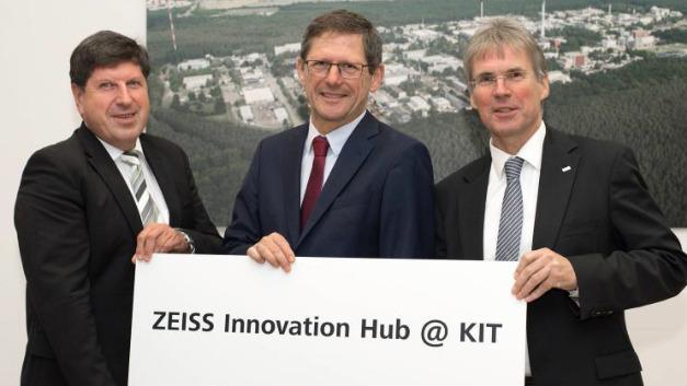 Professor Michael Kaschke, Vorsitzender des Konzernvorstandes der Carl Zeiss AG (Mitte), Professor Holger Hanselka, Präsident des KIT (rechts) und Professor Thomas Hirth, Vizepräsident des KIT für Innovation und Internationales (links).