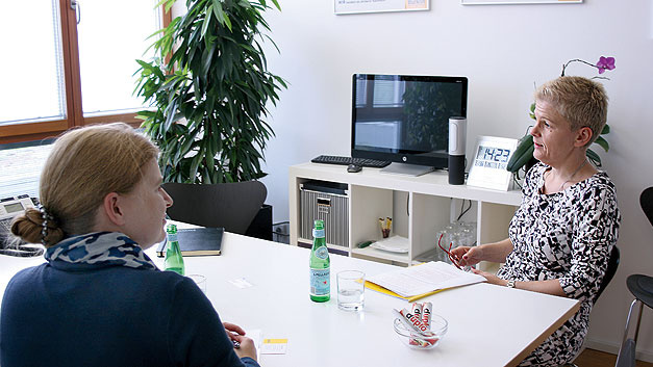 """Bild 2. """"Es gibt viele Bewerber, die sich bewusst für ein familiär geführtes Unternehmen entscheiden"""", sagte Kristina Opitz im Gespräch mit Elektronik-Redakteurin Irina Hübner."""