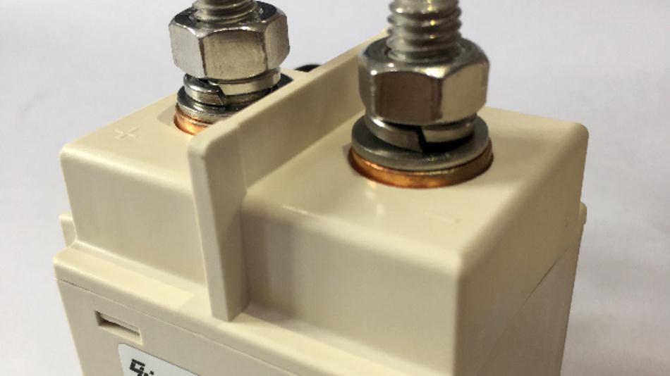 Durch die barrierefrei erreichbaren Hauptanschlussklemmen vereinfacht sich die Montage der EV-Relais von Churod.