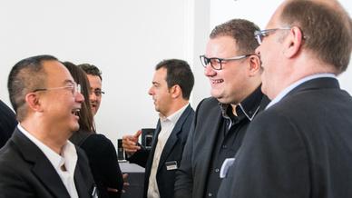 C.H. Tong (VTech), (im Hintergrund) Fabio Albanini (Snom), Armin Liedtke (Snom) & Matthias Schipper (NFON)