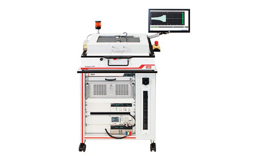 Bild 1. Die Teststation mit Adapter für den Prüfling und Monitor für die Benutzerführung. Auf dem Bildschirm zu sehen: das Oszillogramm des Zündimpulses für die Lampe