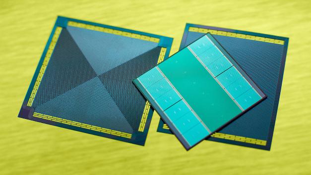 Die Integration von Mikrokanälen in den Silizium-Interposer erlaubt es erstmals, einen Prozessor auch von der Unterseite effektiv zu kühlen und dadurch die Rechenleistung zu erhöhen.
