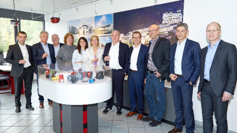 Am 28. September freuten sich die Mitarbeiter von  Mennekes Elektrotechnik über den Besuch von Uli Hoeneß,  Präsident des FC Bayern München e.V.