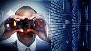 Mann mit Fernglas und Daten