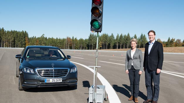 Nicole Hoffmeister-Kraut, Landesministerin für Wirtschaft, Arbeit und Wohnungsbau, und Ola Källenius, Vorstand Daimler für Konzernforschung und Mercedes-Benz Cars Entwicklung, haben vier neue Testmodule auf dem Daimler Prüf- und Technologiezentrum Immendingen eingeweiht.