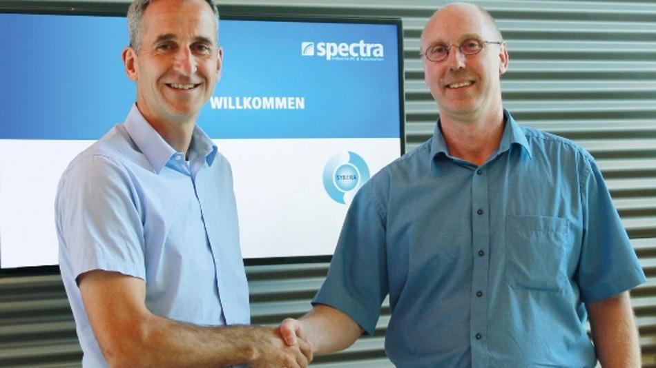 Klaus Rottmayr, Geschäftsführer von Spectra und Jürgen Rall, Geschäftsführer von Sybera, besiegeln ihre Zusammenarbeit.