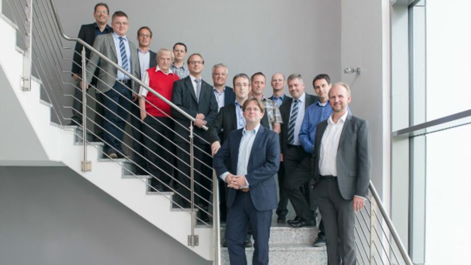 Anlässlich der Gründungsversammlung der BiSS Association (v.l.n.r.): Heiko Essinger (Elgo GmbH & Co. KG), Thomas Scholl (Dr. Fritz Faulhaber GmbH & Co. KG), Dr. Michael Löken (Fraba GmbH), Claus Tessari und Holger Schilling (TR-Electronic GmbH), Jonas Urlaub (Fritz Kübler GmbH), Dr. Heiner Flocke, Vorstandsvorsitzender (iC-Haus GmbH), Tobias Hanß (Wachendorff Automation GmbH & Co. KG), Jörg Paulus, Vorstand (Fraba GmbH), Reiner Berger (Kollmorgen Europe GmbH), Hartmut Unverricht (Balluff GmbH), Daniel Kleiner (Baumer IVO GmbH & Co. KG), Dr. Martin Linden und Alexander Ehnert, Schatzmeister (Hengstler GmbH).