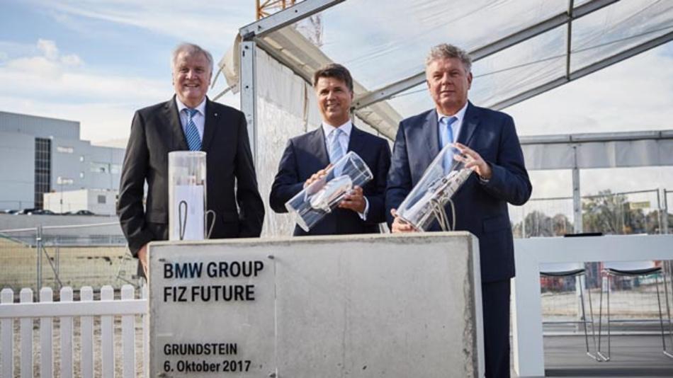 Ministerpräsident Horst Seehofer, BMW-Vorstandsvorsitzender Harald Krüger und Münchens Oberbürgermeister Dieter Reiter bei der Grundsteinlegung für den Ausbau des BMW Forschungs- und Innovationszentrums.