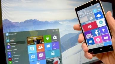 Windows 10 auf Computerbildschirm und Smartphone