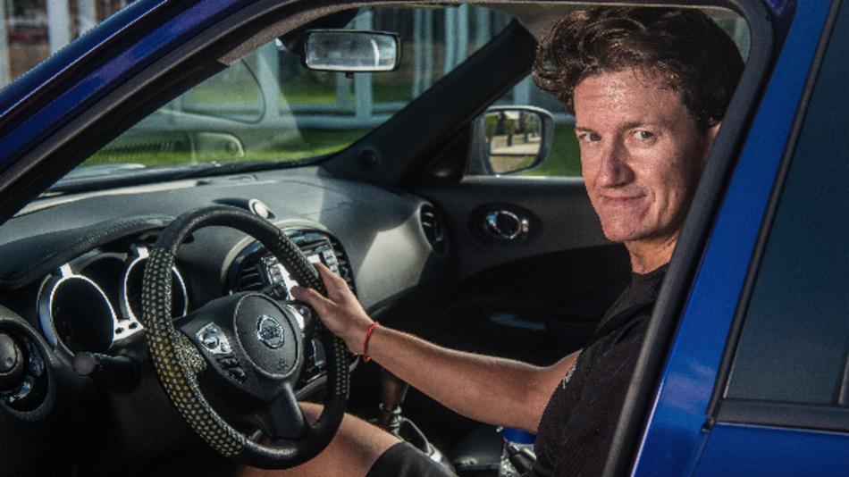Motorsportler Lucas Ordonez, Gewinner der Nissan GT Academy und NISMO Fahrer, unterstützt die Aufklärungskampagne zur Dehydration von Nissan.
