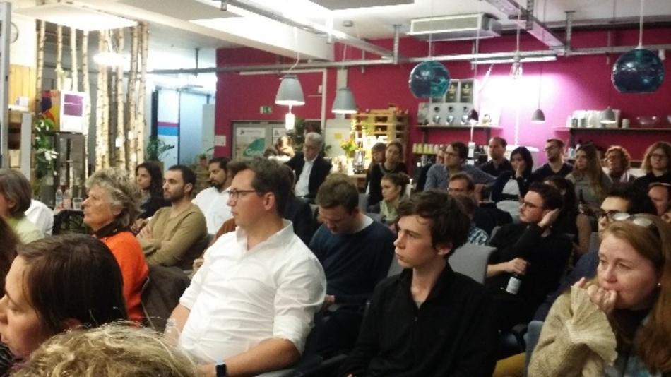 Die Veranstaltung fand in einem Coworking-Space in München-Schwabing statt. Unter den Zuhörern etliche Lehrerinnen und Schüler.