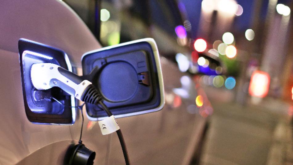 BMW, Daimler, Ford und Porsche arbeiten nun gemeinsam an Ladestationen für Elektrofahrzeuge.