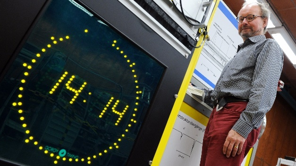 Andreas Bauch, Leiter der Arbeitsgruppe Zeitübertragung, steht am 22.10.2012 im Zeitlabor der Physikalisch-Technischen Bundesanstalt (PTB) in Braunschweig (Niedersachsen) neben einer Atomuhr.