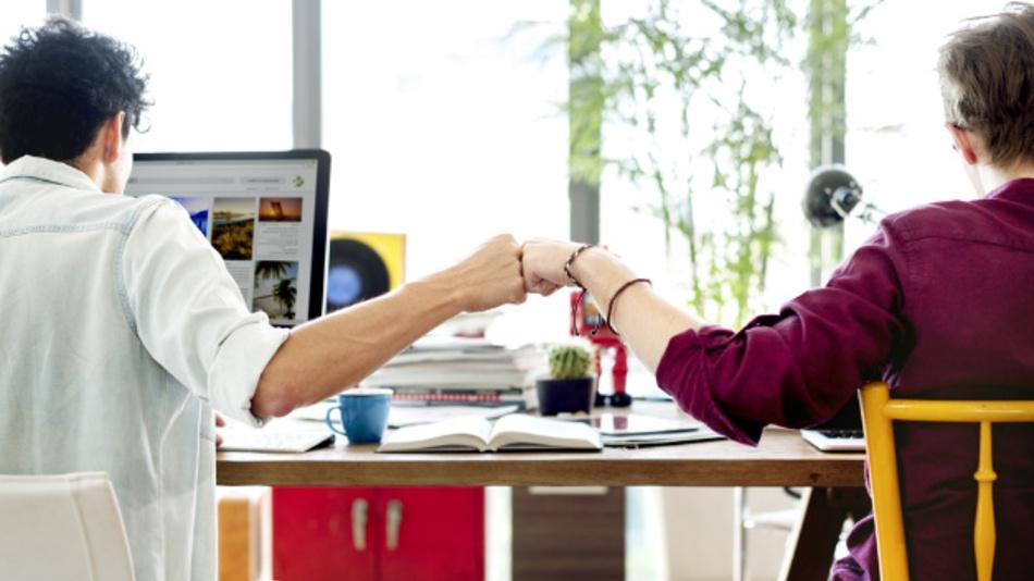 Manche Arbeitnehmer finden im Büro Freundschaften fürs Leben.