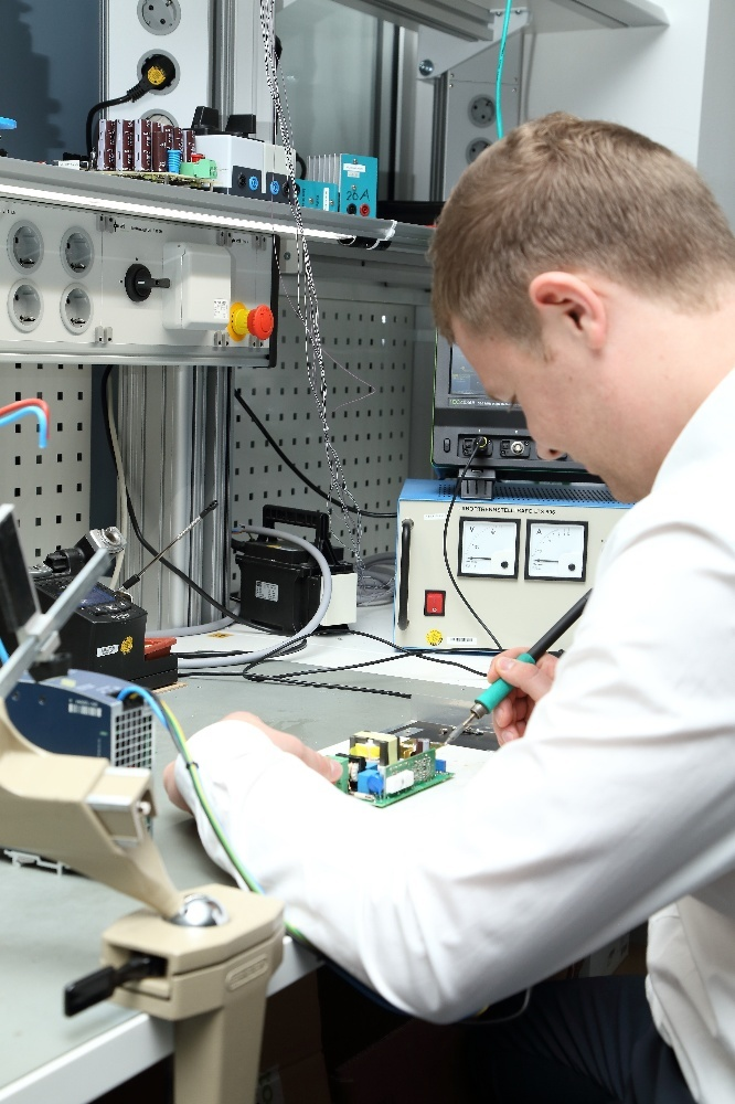 Sebastian Lederer an seinem Laborarbeitsplatz.