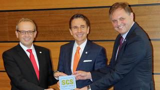 Jochen Feiler (Hengstler, links), Gebhard F. Kübler (Kübler Group) und Karsten Just (Baumer) bei der Präsentation der SCS-open-link-Schnittstelle