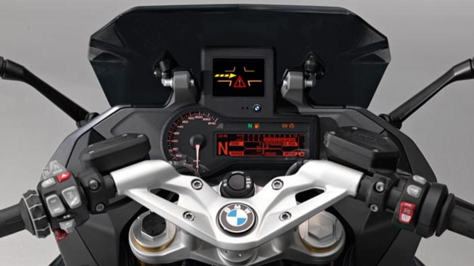 Die R 1200 RS ConnectedRide verfügt über Fahrerassistenzsysteme wie den Kreuzungsassistent.
