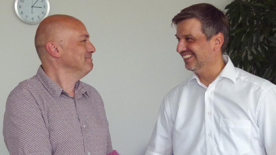 Heiko Luckhaupt, Sector Industry Marketing Manager bei RS, gratuliert dem Sieger Jan Cumps aus Belgien.