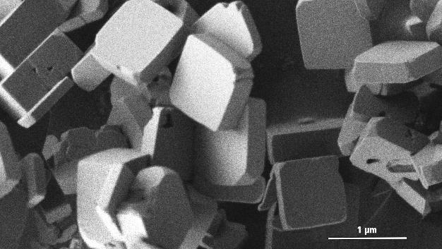 Elektronenmikroskopische Aufnahme der plättchförmigen Lithium-Kobaltphosphat-Kristalle.