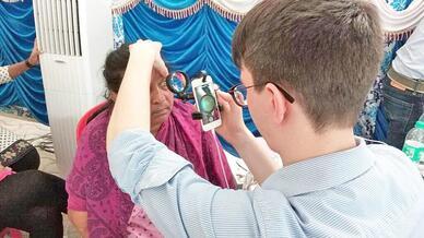 Bei einer anderen Variante verwandelt eine zusätzliche Linse das Smartphone in einen indirekten Augenspiegel, bei dem der Betrachter ein vergrößertes, aber umgekehrtes Bild der Netzhaut sieht. Die Kosten liegen bei allen drei Varianten bei unter hund