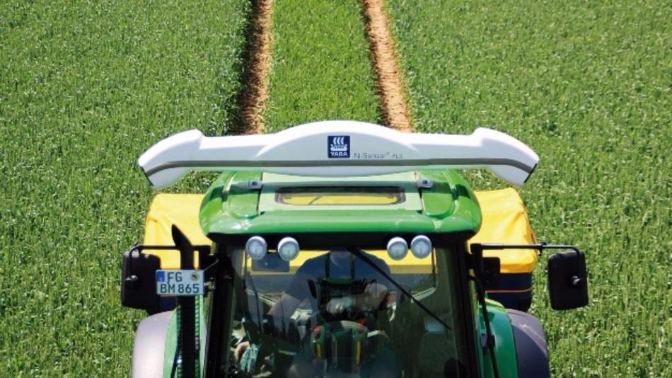 Auf dem Dach des Traktors ist ein Agricon-N-Sensor montiert. Er misst die aktuelle Stickstoffaufnahme der Pflanzen. Daraus lässt sich die optimale Düngermenge ableiten.