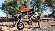SwagBot ist ein omnidirektionales Elektro-Bodenfahrzeug für den Einsatz auf Weideviehbetrieben. Es verfügt über ein robustes Composite-Chassis und kann hügeliges Gelände und landwirtschaftliche Hindernisse wie Wasser, Schlamm und Äste zu befahren. Di