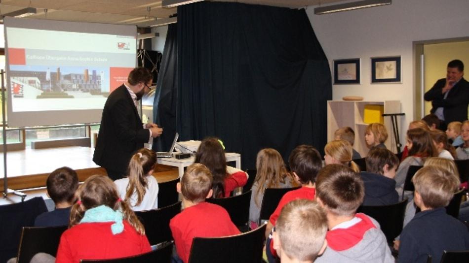 Projektingenieur Frank Puhane erklärt den Schulkindern einige der Anwendungsmöglichkeiten von Calliope mini.